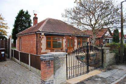 2 Bedrooms Bungalow for sale in Richmond Grove, Cheadle Hulme, Stockport, Greater Manchester