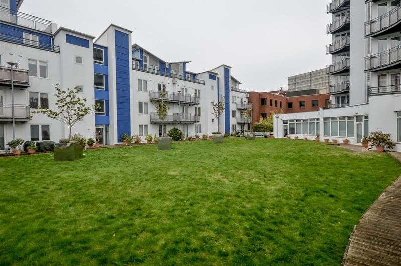 2 Bedrooms Flat for sale in The Plaza, Town Centre