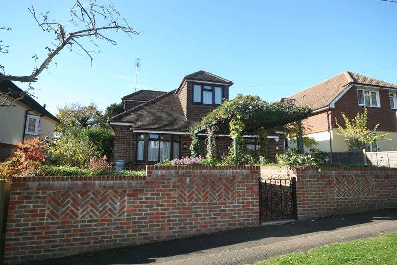 4 Bedrooms Detached House for sale in Osborn Road, Farnham