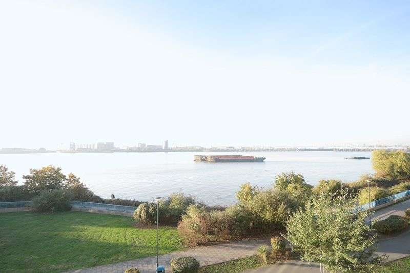 2 Bedrooms Flat for sale in Defence Close, West Thamesmead