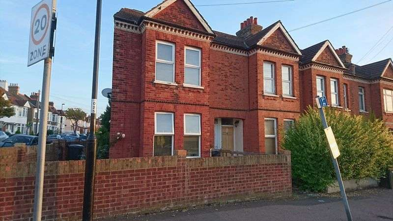 2 Bedrooms Flat for sale in Northwood Road, THORNTON HEATH, Surrey