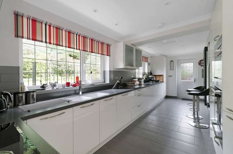 4 Bedrooms Detached House for sale in Lower Road, Temple Ewell, CT16