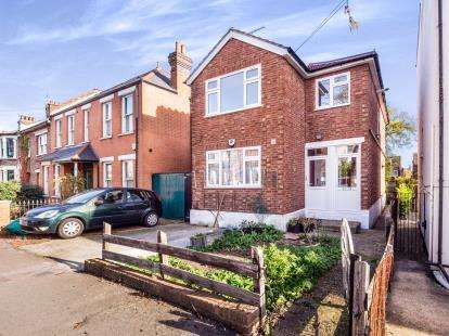 3 Bedrooms Maisonette Flat for sale in Road, South Woodford, London