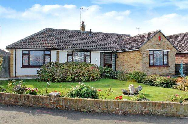 3 Bedrooms Detached Bungalow for sale in Oakcroft Gardens, Littlehampton, West Sussex, BN17