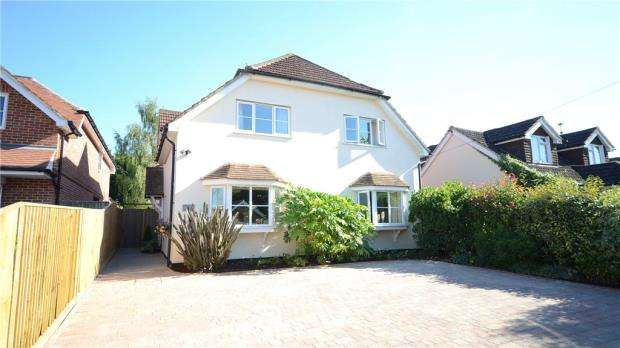 4 Bedrooms Detached House for sale in Grazeley Road, Three Mile Cross, Reading