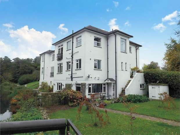 2 Bedrooms Flat for sale in Salisbury Road, Winkton, Christchurch, Dorset