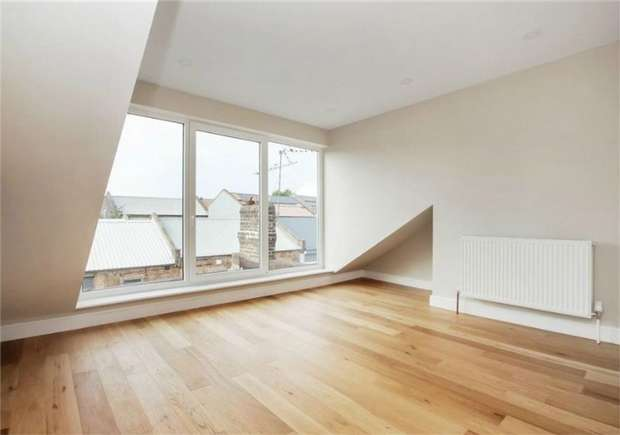 2 Bedrooms Flat for sale in Valliere Road, College Park, London