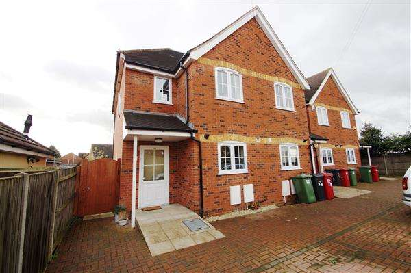 3 Bedrooms Semi Detached House for sale in Oakfield Avenue, Cippenham, Slough