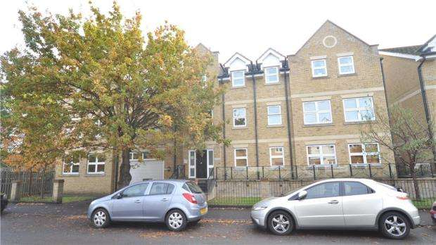2 Bedrooms Apartment Flat for sale in Orchard House, 80 Leacroft, Staines-upon-Thames