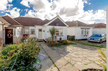 2 Bedrooms Bungalow for sale in Rayleigh, Essex, United Kingdom