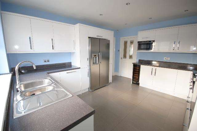 4 Bedrooms Property for sale in Bolton Road, Aspull