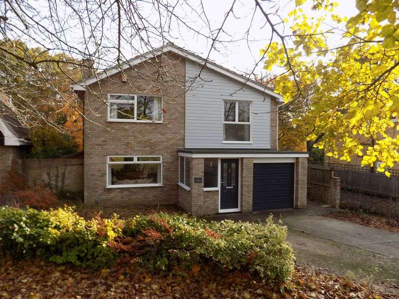 4 Bedrooms Detached House for sale in Situated in the desirable location of Poets Corner, is this spacious four double bedroom detached house with generous living accommodation.