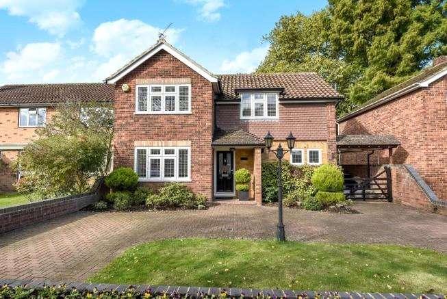 3 Bedrooms Detached House for sale in Sandalwood Avenue, Chertsey, Surrey, KT16