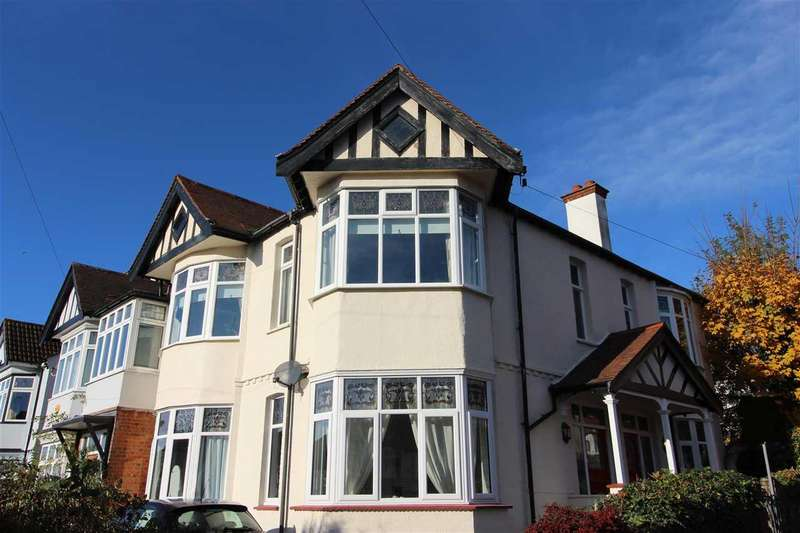 2 Bedrooms Apartment Flat for sale in Hillside Crescent, Leigh on Sea