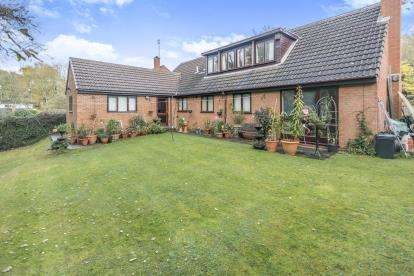 5 Bedrooms Bungalow for sale in Yardley Wood Road, Moseley, Birmingham, West Midlands