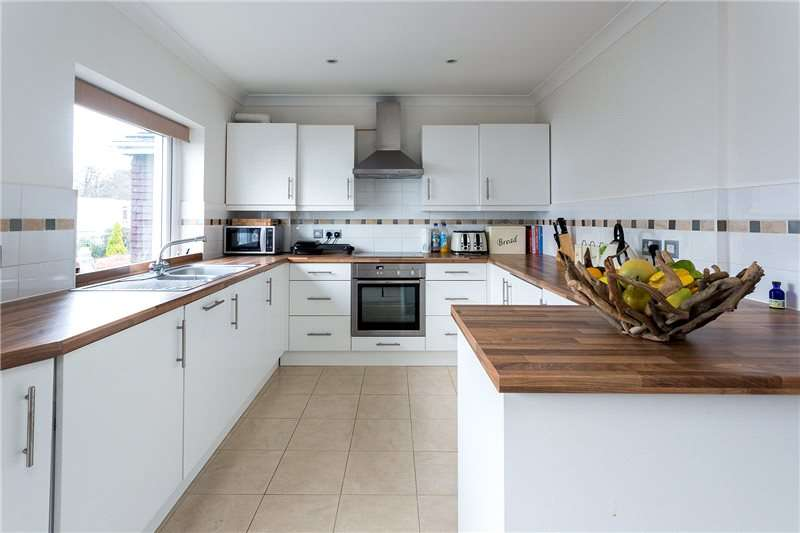 2 Bedrooms Flat for sale in Larchmoor Park, Gerrards Cross Road, Stoke Poges, Buckinghamshire, SL2