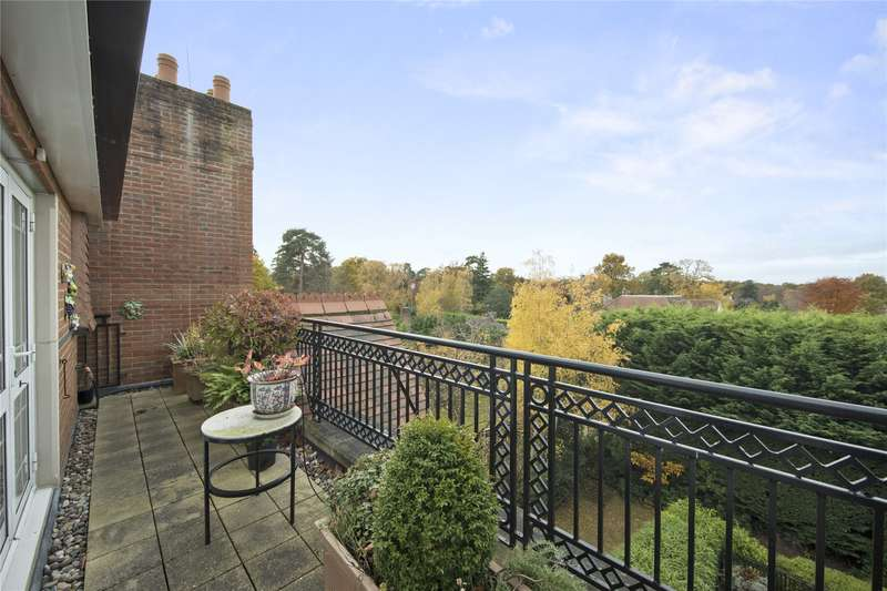 3 Bedrooms Flat for sale in St. George's Court, Cavendish Road, Weybridge, Surrey, KT13
