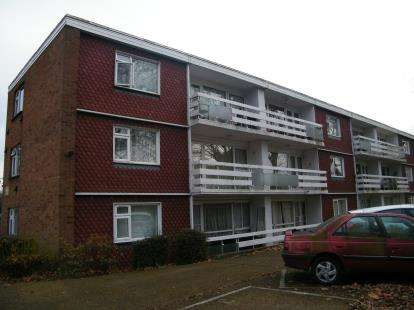2 Bedrooms Flat for sale in Royston Gardens, London
