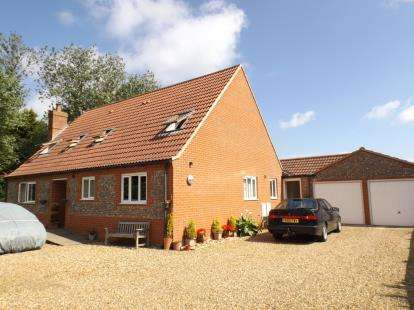 4 Bedrooms Bungalow for sale in Bacton, Norwich, Norfolk
