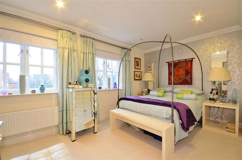 4 Bedrooms Detached House for sale in Tilemakers Close, Chichester, West Sussex