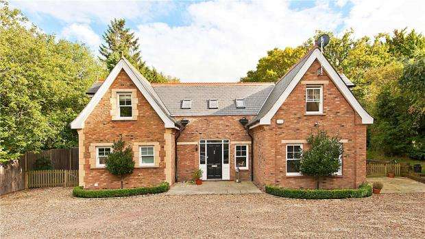 4 Bedrooms Detached House for sale in Broadway Road, Windlesham, Surrey