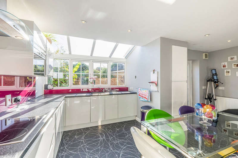 4 Bedrooms Detached House for sale in Stangate Drive, Iwade, Sittingbourne, ME9