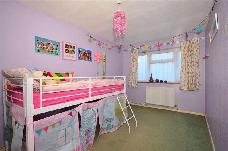 2 Bedrooms Ground Flat for sale in Denton Close, Redhill, Surrey