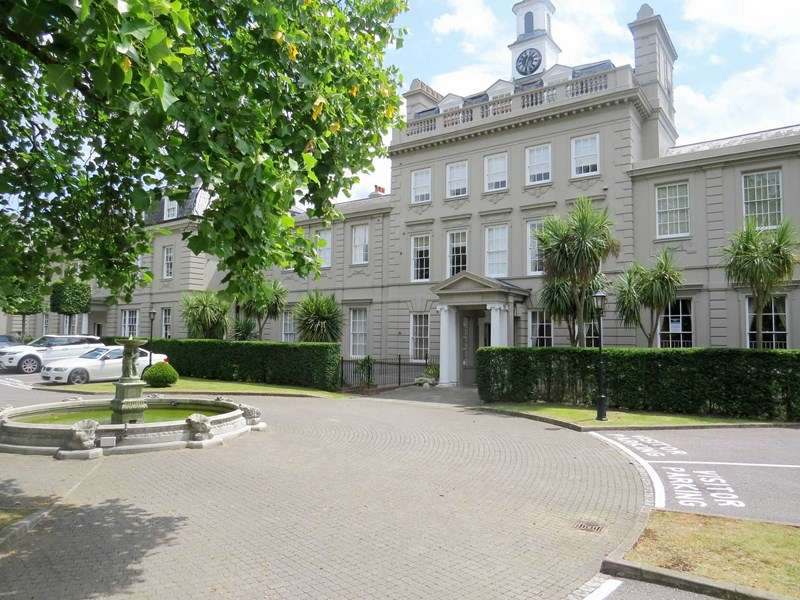 2 Bedrooms Flat for sale in High Street, Esher