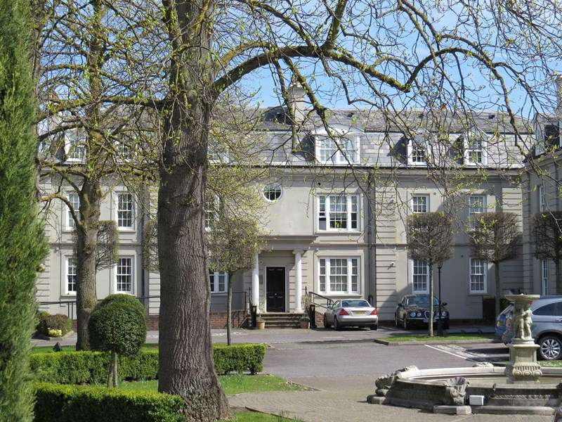 2 Bedrooms Flat for sale in Sandown House, High Street, Esher