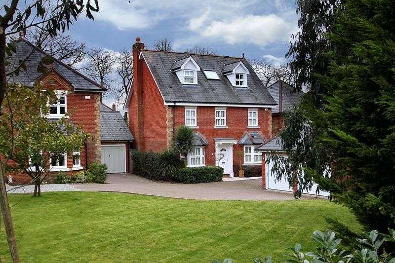5 Bedrooms Detached House for sale in Oakland Place, Buckhurst Hill