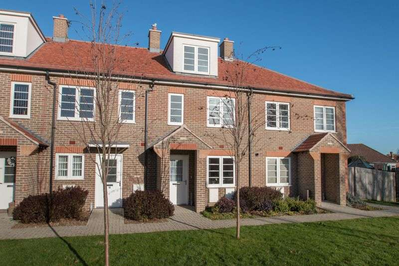 3 Bedrooms Terraced House for sale in Pecketts Gate, Chichester