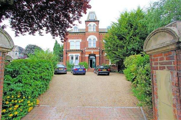 2 Bedrooms Apartment Flat for sale in Thurston House, Birdhurst Rise, South Croydon