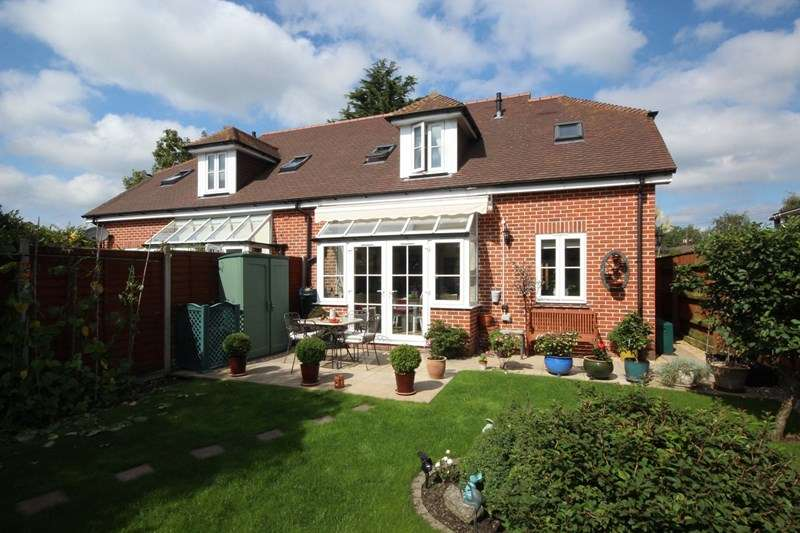 3 Bedrooms Semi Detached House for sale in Old Forge Close, Ringwood