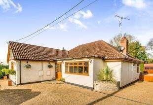 4 Bedrooms Bungalow for sale in Lone Oak, Smallfield, Horley, Surrey