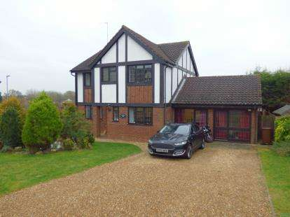 4 Bedrooms Detached House for sale in Ravens Croft, East Hunsbury, Northampton, Northamptonshire