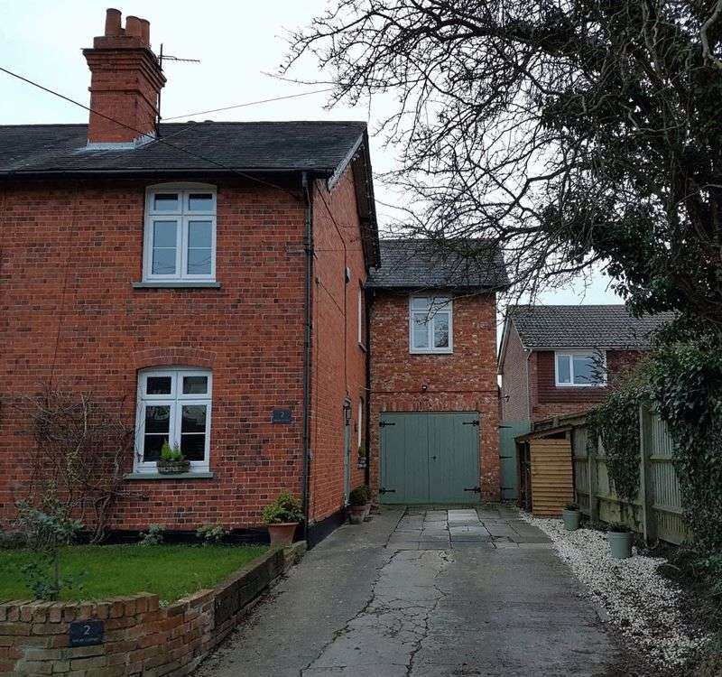 3 Bedrooms Semi Detached House for sale in High Street, North Moreton