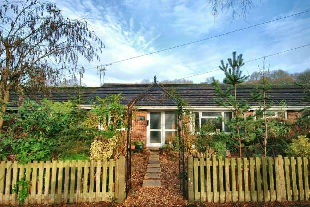 2 Bedrooms Terraced Bungalow for sale in Hale