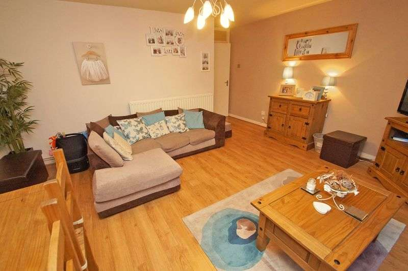 2 Bedrooms Flat for sale in Southcrest Gardens, Redditch.