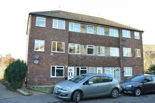 2 Bedrooms Maisonette Flat for sale in May Close, Chessington