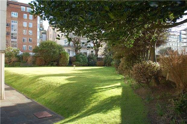 2 Bedrooms Flat for sale in Chiswick Place, EASTBOURNE