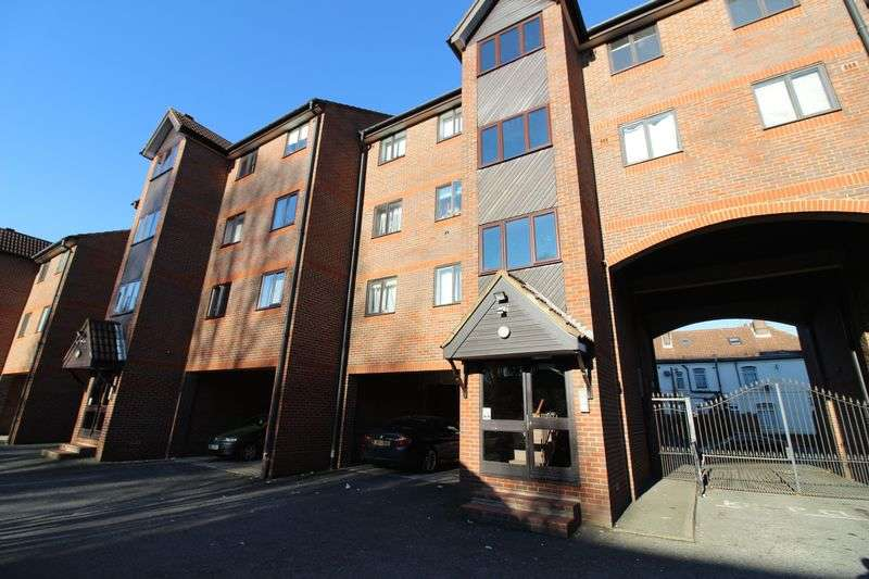 2 Bedrooms Flat for sale in Central location