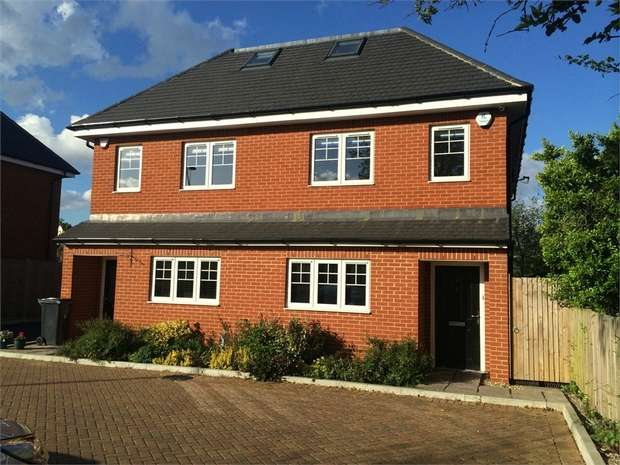4 Bedrooms Semi Detached House for sale in Oak Tree Close, Ewell