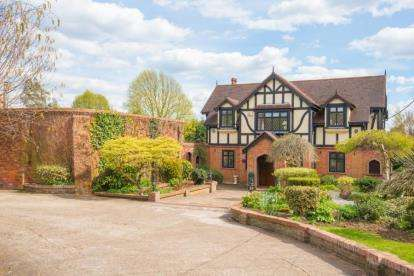 4 Bedrooms Detached House for sale in Magpie Lane, Little Warley, Brentwood, Essex