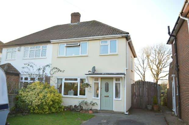 3 Bedrooms Semi Detached House for sale in Field Close, Chessington