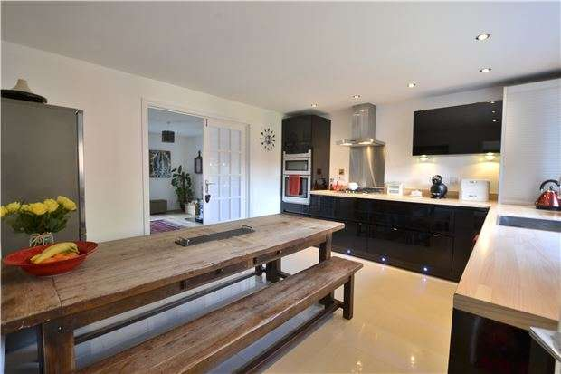 3 Bedrooms Detached House for sale in Churchdown Lane, Hucclecote, Gloucester, GL3 3QQ