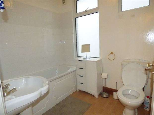 4 Bedrooms Apartment Flat for sale in Victor Drive, Leigh on sea, SS9 1PP