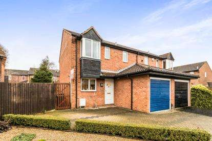 3 Bedrooms Semi Detached House for sale in Welland Croft, Bicester, Oxfordshire, Oxon