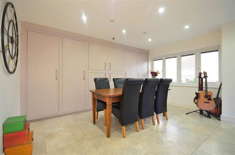 3 Bedrooms Bungalow for sale in Knights Walk, Abridge, Romford, Essex