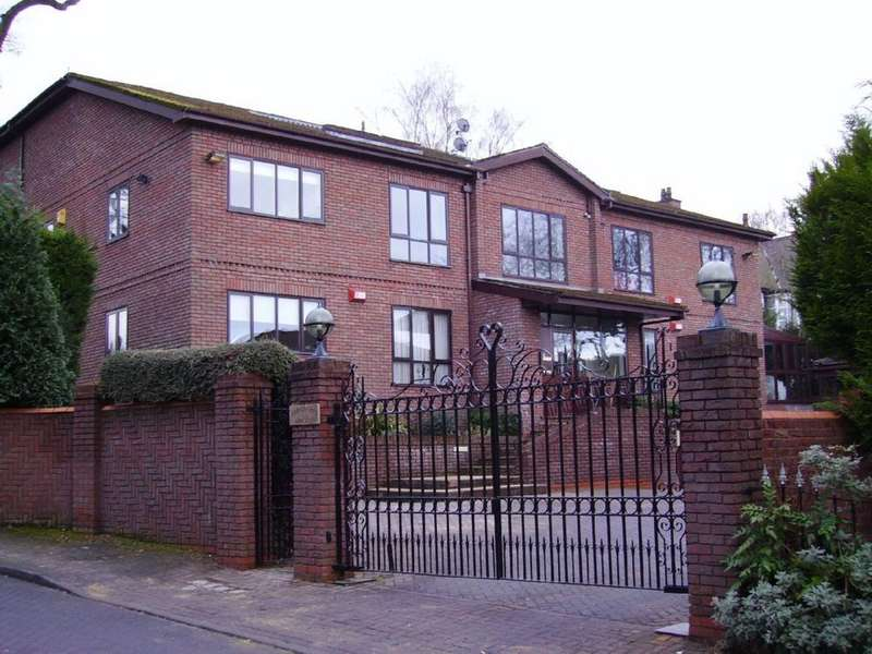 3 Bedrooms Flat for sale in The Courts, Ringley Park, Whitefield, Manchester, M45