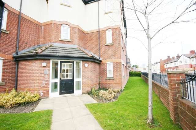2 Bedrooms Ground Flat for sale in Anderby Place, Westhouhgton, Bolton, BL5
